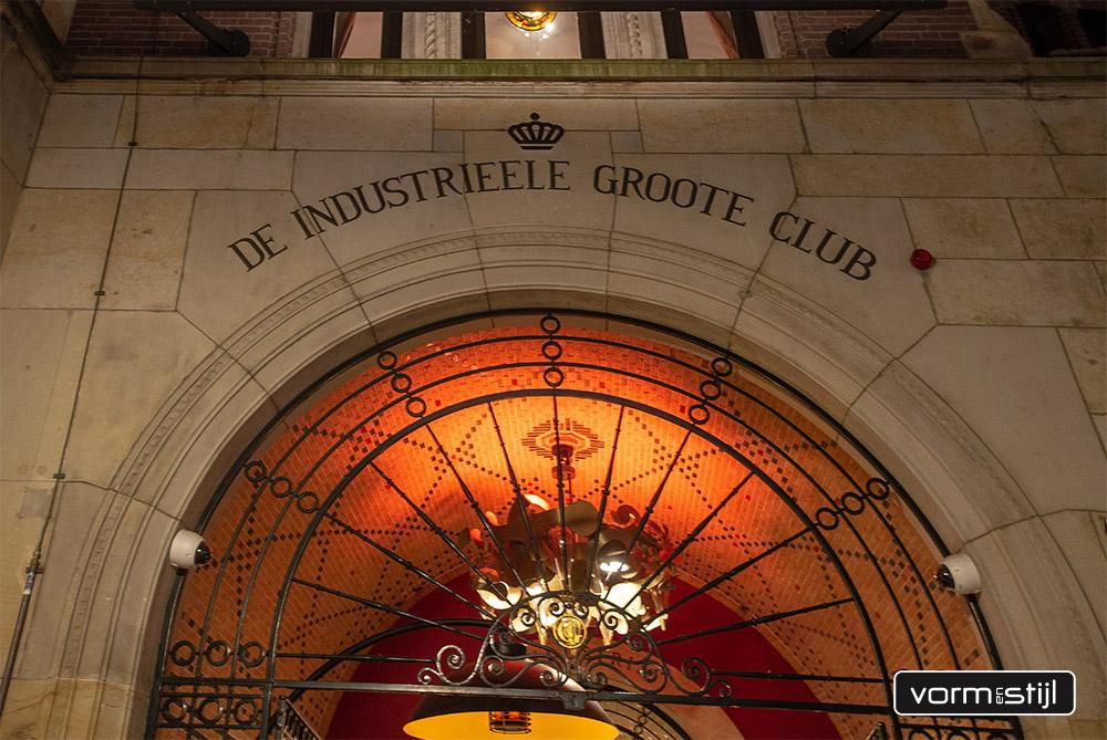 Nieuwe en nieuw gestoffeerde chesterfield banken en clubfauteuils in schapenleer van de Koninklijke Industrieele Groote Club Amsterdam
