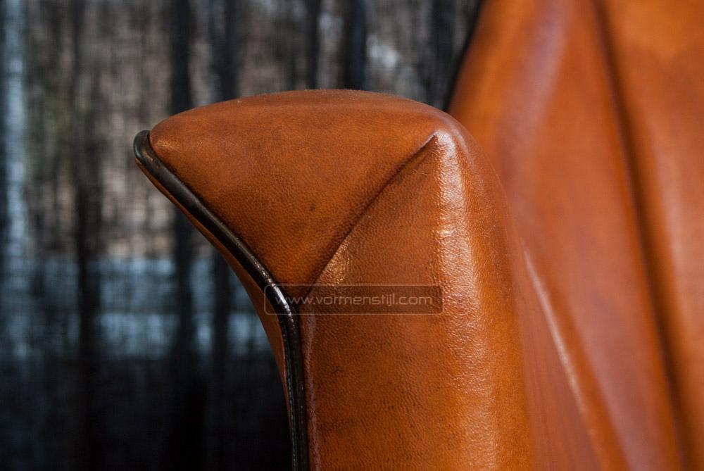 Architectonische fauteuil van designer bart van bekhoven in dik